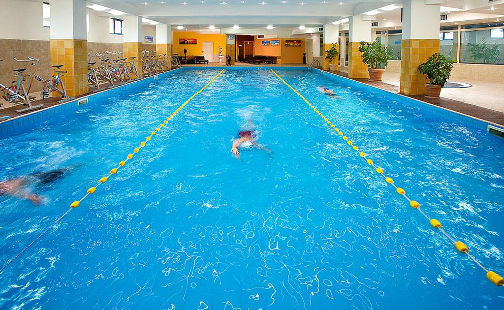 Упражненията на суша трябва да са между 30% и 50% от общата подготовка на плувеца